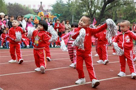 为了培养幼儿参与体育活动的兴趣,感受音乐的优美旋律,体验节奏的动感快乐,发展动作协调性和灵活性;增强幼儿集体荣誉感,坚定自信心,促进身心全面发展,10月29日上午,幼儿园举办了秋季幼儿轻器械操表演活动。孩子们天真活泼、精彩纷呈的表演,吸引了职工及家属前来围观。 活动在老师和小朋友一起表演的早操、课间操的音乐声中拉开帷幕。小班小朋友为大家表演的《手环操》和《花絮操》音乐优美,节奏鲜明,动感十足,手环舞动,花絮飞扬,将我们一起带进欢笑的海洋;中一班小朋友表演的《旗操》动作舒展精神、引人入胜,赢得了全场观众的