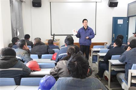 脱硝脱硫项目部组织施工人员观看安全教育片
